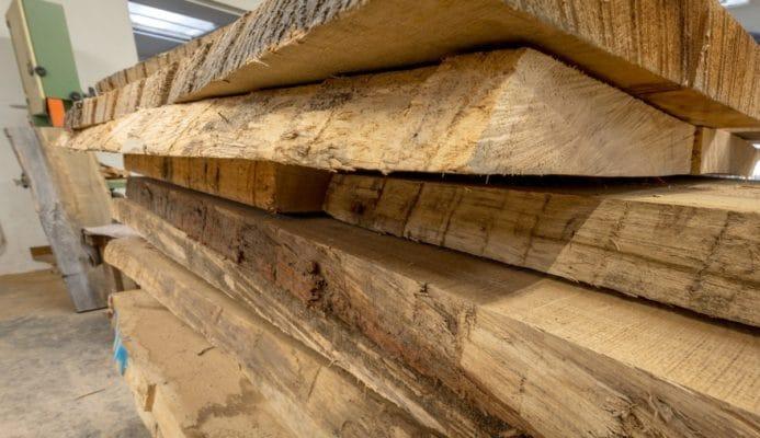 Baumstammen Tischplatten im Lager als Rohholz