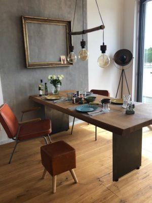 Tischgestelle aus Metall mit dazugehörigem Tisch