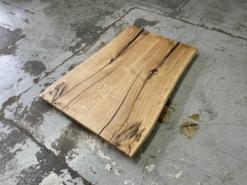 Tischplatte Eiche massiv geölt mit Baumkante und schwarzer Verfüllung