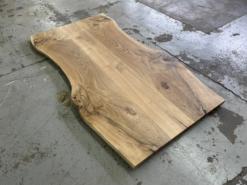 Tischplatte Eiche rustikal mit Baumkante und schwarzer Verfüllung